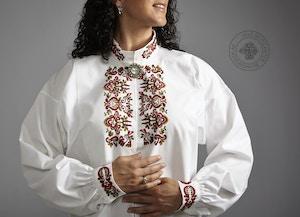 Håndbrodert skjorte med farget broderi til Øst-Telemark, mønster Prinsesse.