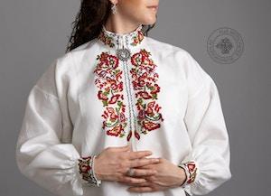 Håndbrodert skjorte med farget broderi til Øst-Telemark, mønster Ranke.